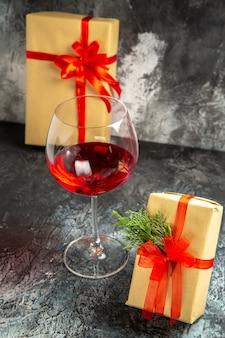 Copo de vinho para presentes em fundo escuro com vista frontal
