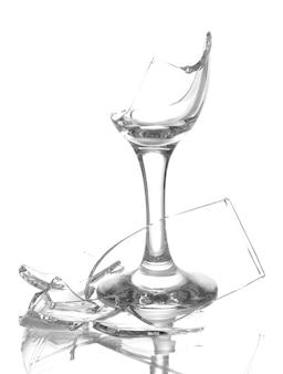 Copo de vinho quebrado em branco