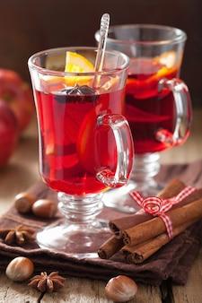 Copo de vinho quente com laranja e especiarias, bebida de inverno