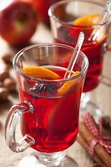 Copo de vinho quente com laranja e especiarias, decoração de natal