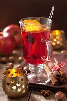 Copo de vinho quente com laranja e especiarias
