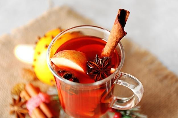 Copo de vinho quente de natal delicioso em saco, closeup