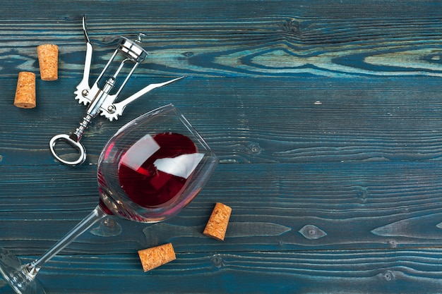 Copo de vinho sobre fundo de madeira