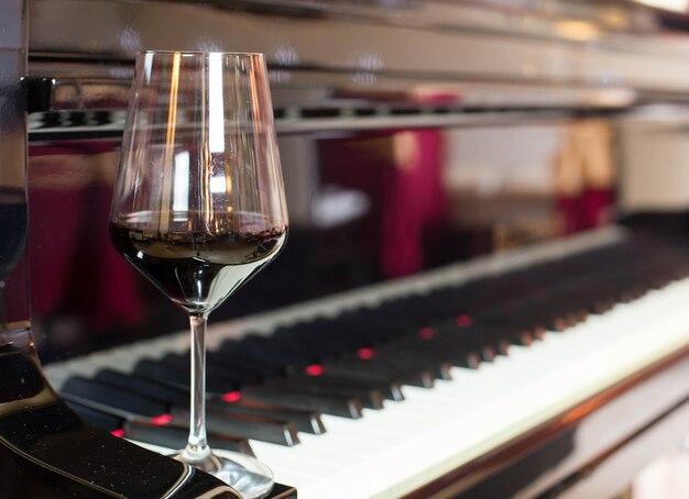 Copo de vinho sobre piano