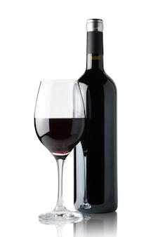 Copo de vinho tinto ao lado de uma garrafa isolada no fundo branco