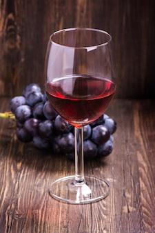 Copo de vinho tinto e uvas. imagem vintage tonificada