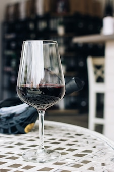 Copo de vinho tinto em uma loja de vinhos