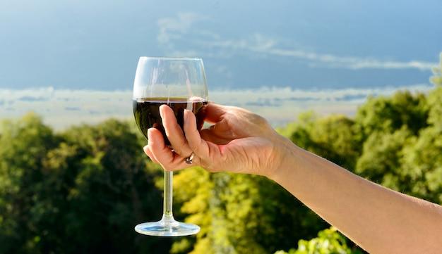 Copo de vinho tinto exposto ao sol
