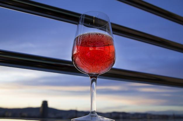 Copo de vinho tinto na varanda à noite