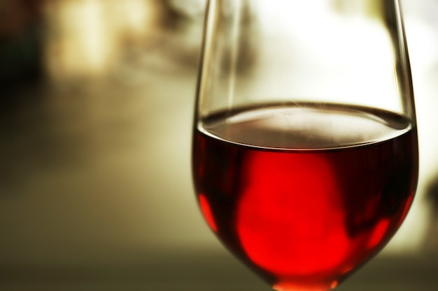 Copo de vinho tinto no fundo desfocado