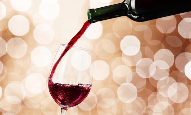 Copo de vinho tinto no fundo