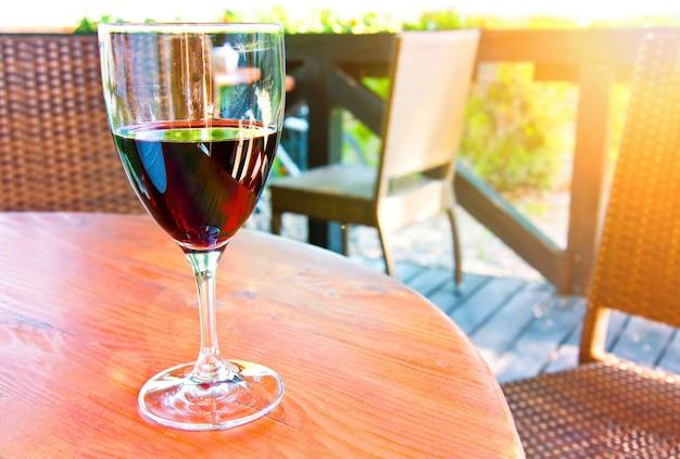 Copo de vinho tinto.