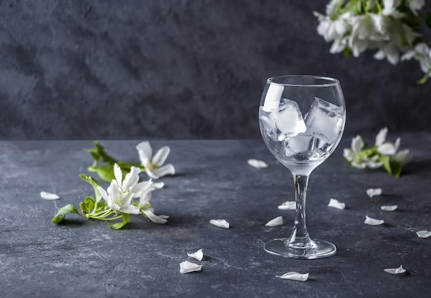 Copo de vinho vazio com cubos de gelo