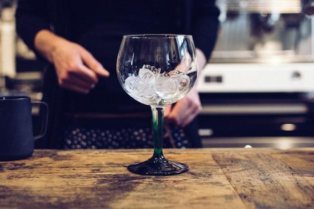 Copo de vinho vazio com gelo