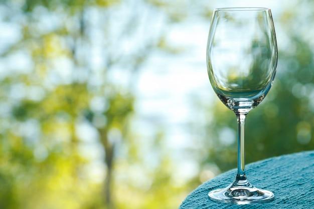 Copo de vinho vazio em cima da mesa