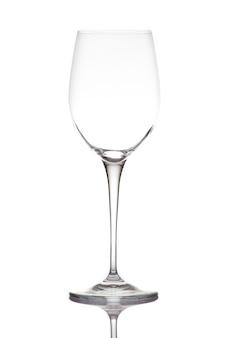 Copo de vinho vazio. isolado em uma parede branca