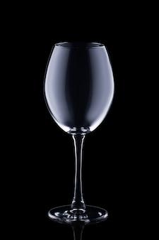 Copo de vinho vazio isolado no preto