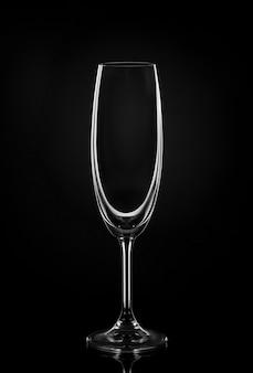 Copo de vinho vazio na parede escura
