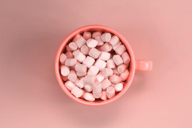 Copo de vista superior com marshmallows em tons