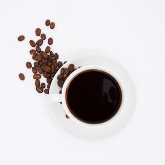 Copo de vista superior e grãos de café