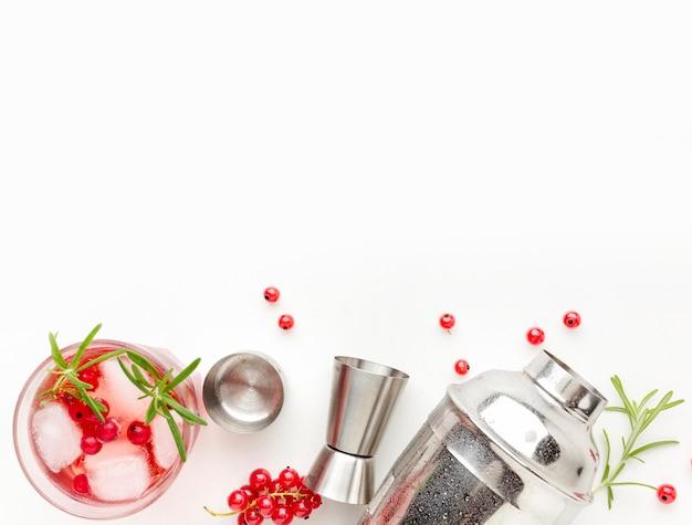 Copo de vodka cranberry com vista superior e shaker com espaço de cópia