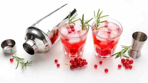 Copo de vodka cranberry de ângulo alto e shaker