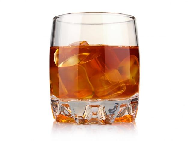 Copo de whisky com cubos de gelo isolado