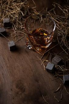 Copo de whisky e pedras. estilo dark mood
