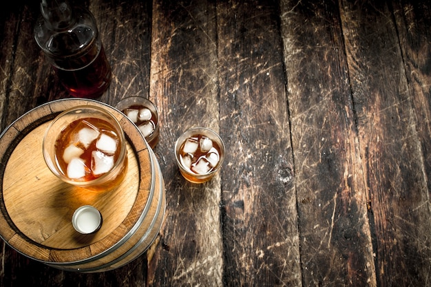 Copo de whisky escocês com um barril.