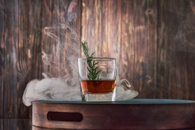 Copo de whisky na mesa de madeira