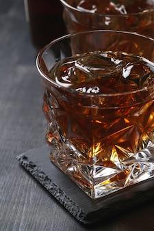 Copo de whisky ou bourbon, só com gelo