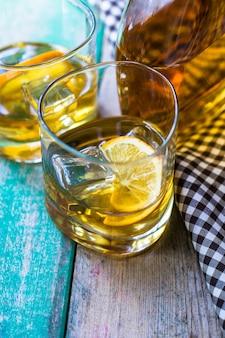Copo de wiskey, limão e gelo