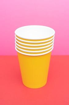 Copo descartável de papel amarelo para bebidas.