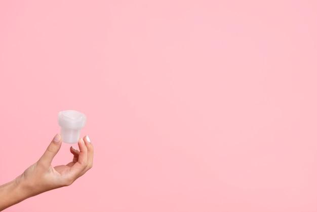 Copo detergente de close-up com fundo rosa