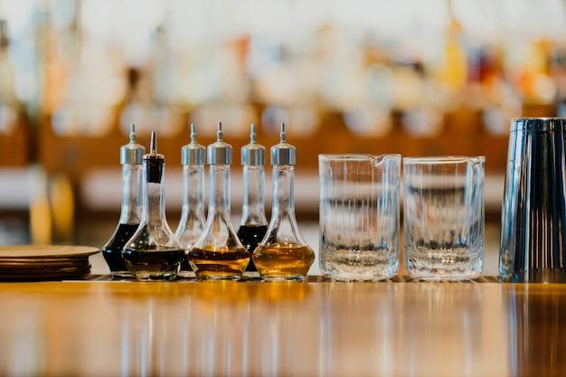 Copo e bebidas em uma mesa