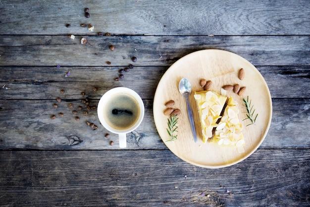 Copo e bolo de café na tabela.