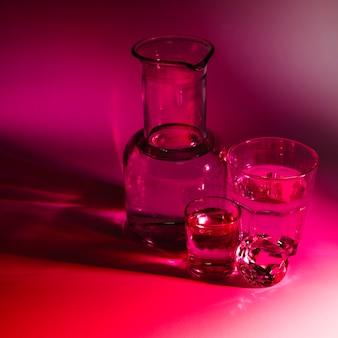 Copo e copos com diamante em fundo vermelho