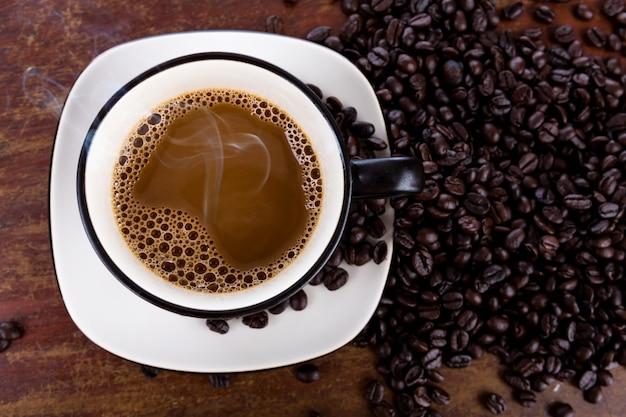 Copo e feijões de café