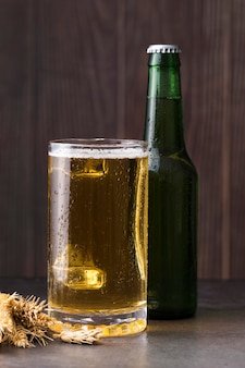 Copo e garrafa com cerveja