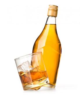 Copo e garrafa de uísque em um branco