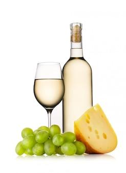 Copo e garrafa de vinho branco com queijo