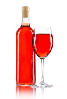 Copo e garrafa de vinho rosé isolado no branco