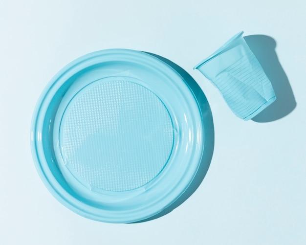Copo e prato de plástico esmagado