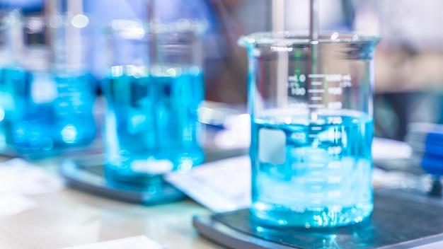 Copo em laboratório de ciências