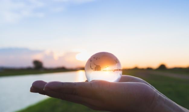 Copo globo disponível com nascer do sol na margem do rio