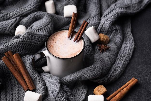 Copo grande angular de bebida de marshmallow com canela
