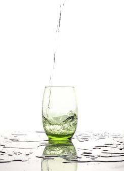 Copo isolado de água espirrando