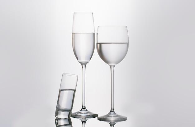 Copo isolado e xícaras de água