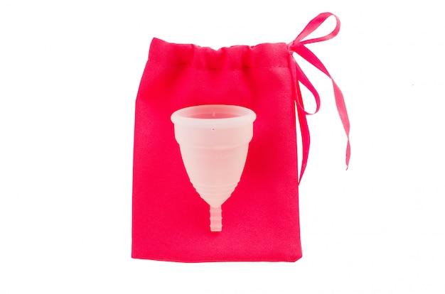 Copo menstrual com o saco isolado no fundo branco.