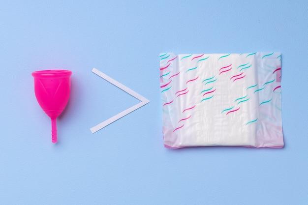 Copo menstrual e almofada higiênica